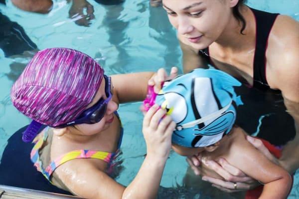 Crianças com osteogênese imperfeita se fortalecem nas piscinas dos Clube da Gente